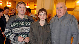 Tatínek s dědečkem musejí mít ze své slavné Katky velkou radost.