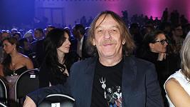 Jaromír Nohavica má důvod k úsměvu. Lidé ho milují a vydělává proto majlant.