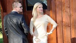Kazma pomáhal vybrat Katce šaty, neměla pod nimi kalhotky.