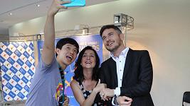 Lumír Olšovský s Hankou Fialovou a fanouškem v jižní Koreji