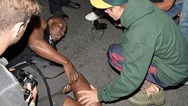 Než přijela sanitka zůstal zpěvák u raněného.