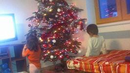 Michálek a Zuzanka u zdobení stromku