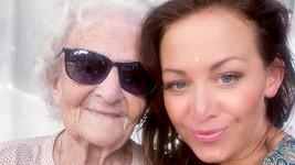 Agáta Prachařová s babičkou