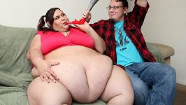 Monice Riley pomáhá v tloustnutí její partner, kterého morbidní obezita vzrušuje.