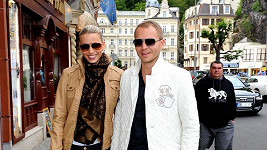 Milan Richter s Kristýnou Lebedovou na kolonádě.