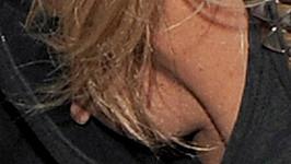 Kate Moss neuhlídala svůj výstřih.