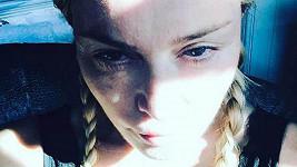 """Toto selfie Madonna zveřejnila v neděli 9.4.2017 s textem """"Když Dračí matka nemůže vylézt z pyžama... Líná neděle."""""""