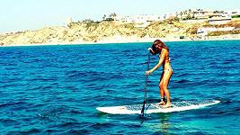 Bar propadla paddleboardingu. Zde jej praktikuje v Izraeli.