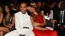 Rihanna a Chris Brown byli na Grammy jako hrdličky.