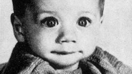 Poznáváte roztomilého chlapečka na snímku?