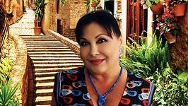 Dáda Patrasová na snímku s typickou italskou uličkou