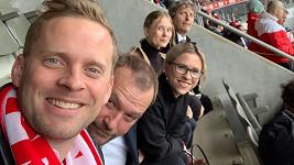 Jakub Prachař s Markem Taclíkem a rodinou na fotbale