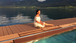 Relaxující Gábina u jezera Volfgangsee...
