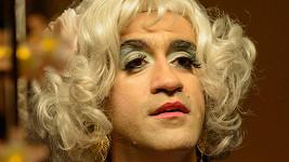 Kotkův parťák z reklamy si oholil vousy a nalakoval nehty. Co stojí za jeho proměnou v ženu?