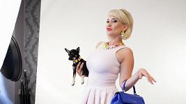 Miluška pózovala místo s partnerem se psem.