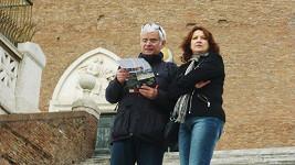 Petr se Zlatou v Římě před kostelem