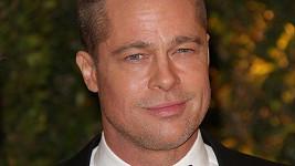 Bradu Pittovi se údajně v londýnském baru zalíbila neznámá mladá žena.