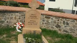 Na místě posledního odpočinku Petra Hapky je konečně důstojný náhrobek...