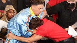 Influenceři Bryce Hall a Austin McBroom (vlevo) se porvali na tiskové konferenci.