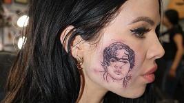 Kelsy Karter a její tetování, které se ukázalo jako atrapa.