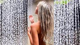 Nela Slováková pózovala na Mauriciu nahá ve sprše.
