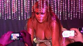 Carmen Electra při striptýzu.