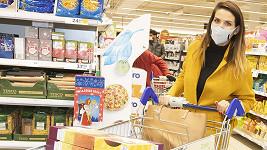 Ve sbírce potravin nešla po základních potravinách, ale chtěla udělat radost dětem.