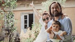 Veronika Arichteva s manželem Biserem a synem Lukou před domem, který koupili.