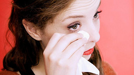 Seniorka prý dokáže jazykem léčit oči. Ilustrační foto