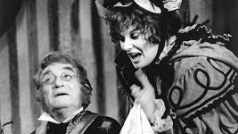 Oldřich Nový jako Podkolesin s Laďkou Kozderkovou v roli Tekly v inscenaci Gogolovy Ženitby (1973)