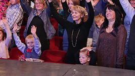 Daniela Kolářová s vnučkou sledovaly koncert kapely The Tap Tap z první řady.