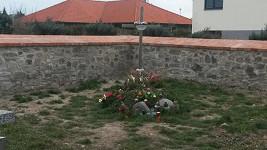 Osamocený hrob Petra Hapky u zdi v rohu hřbitova v Noutonicích