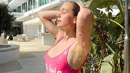 Herečka se nechala zvěčnit ve smyslné póze pod sprchou.