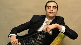 Známý herec se proměnil ve španělského malíře.