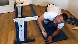 Tomáš Plekanec pro Matyáše montoval psací stůl.