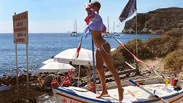 Nika Doné vyhlížela piráty na řeckém ostrově.
