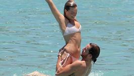 Margot Robbie si nečekaně vzala svého snoubence Toma Ackerleyho.