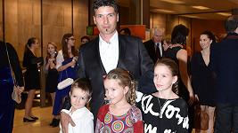 Manžel Aleny Antalové Josef Juráček s dcerami Alenkou a Elenkou a synem Janíčkem. Ještě mají dvouletou Marušku.