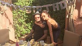 David Beckham s manželkou Victoriou u narozeninově prostřeného stolu.