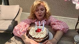 Během narozenin se dojala.