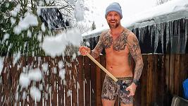 Sníh odklízí sportovec stylově.