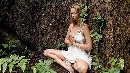 Helena Houdová v souznění se stromy uprostřed sumaterské džungle.