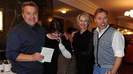 Miloš Pokorný a Roman Ondráček s manželkami na premiéře stand-up komedie Celebrity