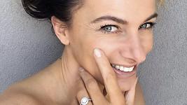 Alice Bendová ukázala zásnubní prsten.