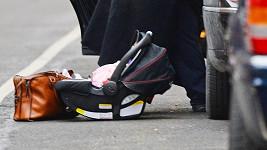 Alec Baldwin v New Yorku štrachal v autě, zatímco jeho dcera sledovala okolí ze silnice.