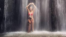 Helena Houdová si užívá přírodní koupačku ve vodopádu.