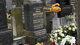 Rodinný hrob je zasypaný květinami...