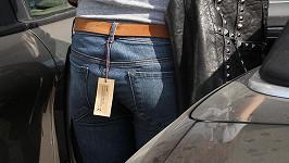 Vanessa Hudgens neodstřihla cedulku na džínách.