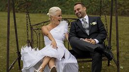 Vysmátí novomanželé Dědíkovi po obřadu. Pár dnů před tím hledali ztracené svatební šaty.