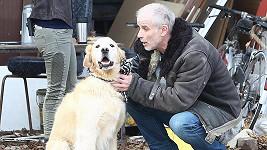Herec s pejskem Egonem na natáčení.